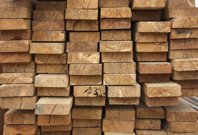 Entrepôt de bois Les planches en bois sont empilées Texture du bois photo libre de droits