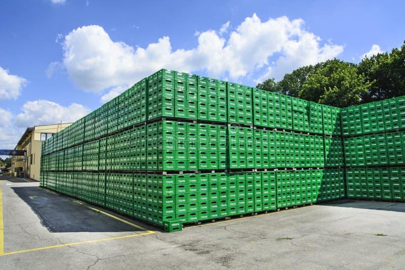 Entrepôt de brasserie de conditionnement en plastique image stock