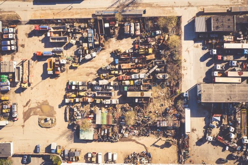 Entrepôt de ferraille avec des voitures abandonnées et le rouillement photo stock