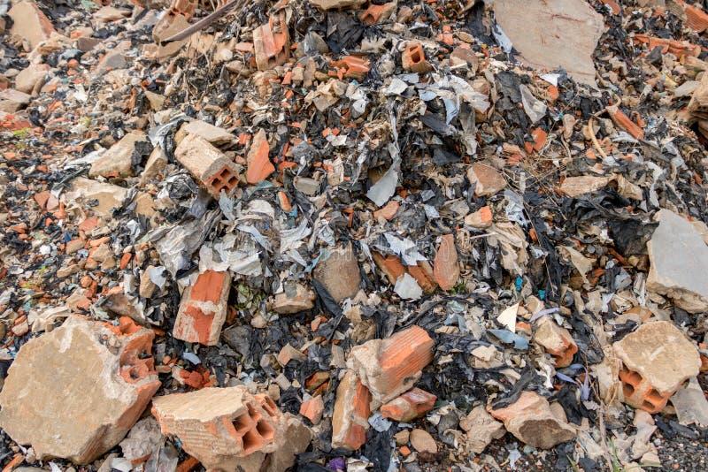 Entrepôt de ferraille sale de construction avec des briques, béton, déchets de déchets de mur de ciment - ordure en plastique - r photos stock