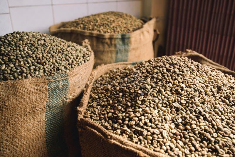 Entrepôt de sacs de café images stock