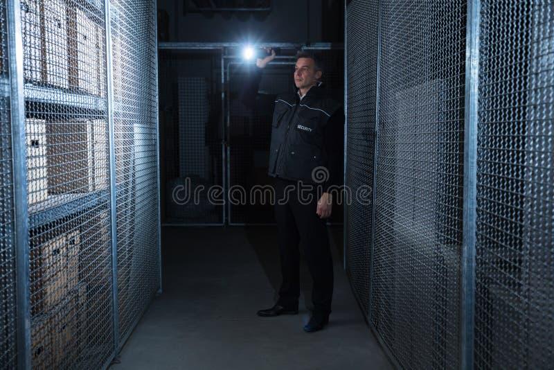 Entrepôt de Standing In The de garde de sécurité photo libre de droits