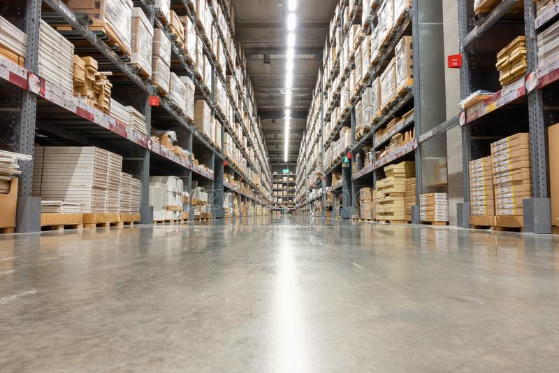 Entrepôt de stockage et magasin de distribution, produit sur l'étagère photographie stock libre de droits
