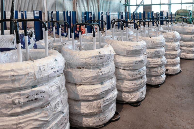 Entrepôt industriel de fil laminé à froid Les bobines de fil sont empilées outre de la pile photographie stock libre de droits