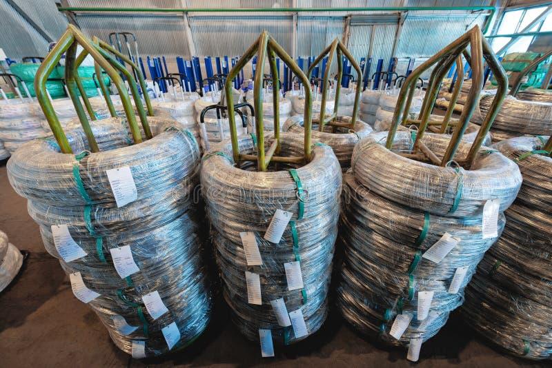 Entrepôt industriel de fil laminé à froid Les bobines de fil sont empilées outre de la pile image stock