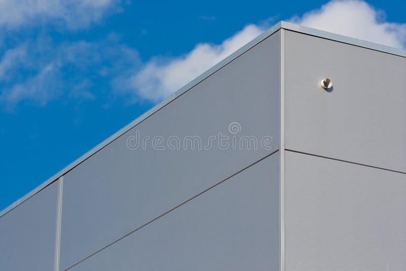 Entrepôt métallique avec le ciel bleu images libres de droits