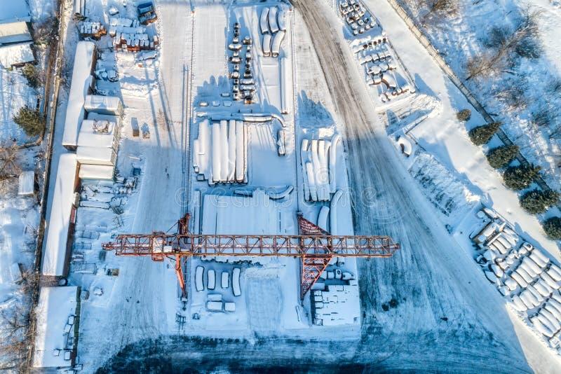 Entrepôt ouvert pour le stockage des tuyaux en métal de grand diamètre Une grue de portique est installée dans le territoire Jour image stock