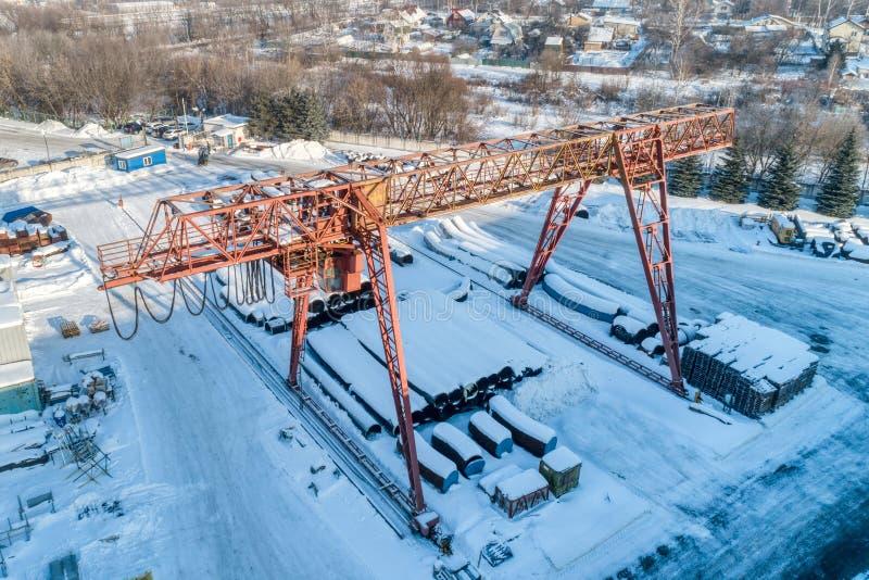 Entrepôt ouvert pour le stockage des tuyaux en métal de grand diamètre Une grue de portique est installée dans le territoire Jour image libre de droits