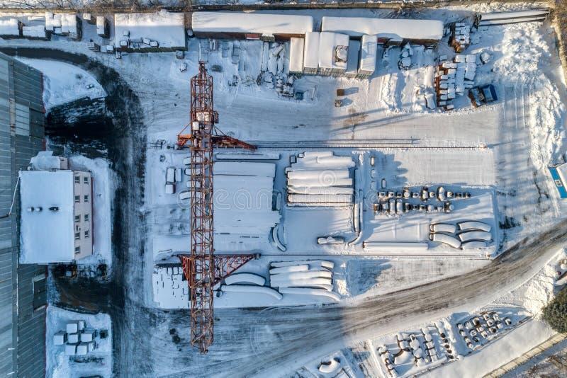 Entrepôt ouvert pour le stockage des tuyaux en métal de grand diamètre Une grue de portique est installée dans le territoire Jour photo libre de droits