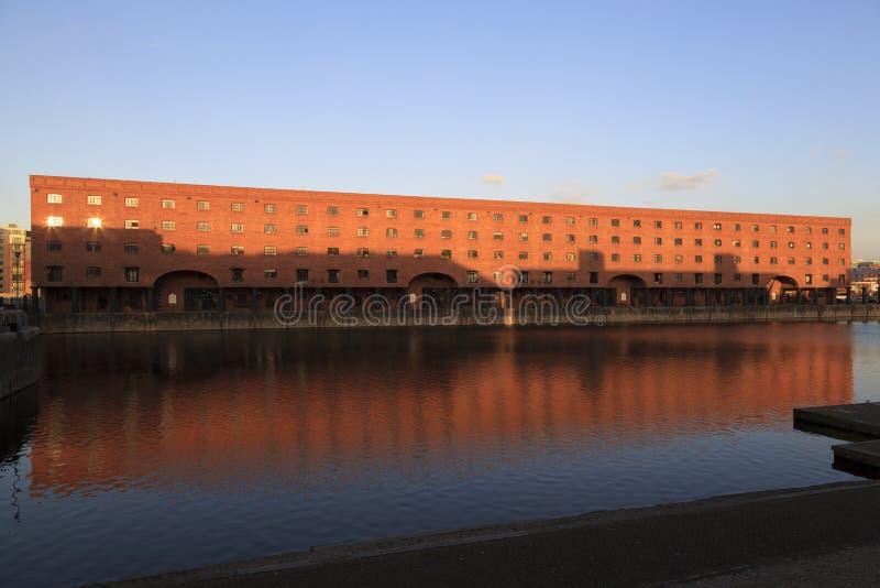 Entrepôts convertis aux docks de Liverpool photographie stock
