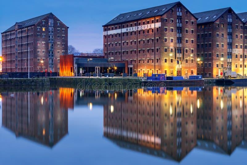 Entrepôts de docks de Gloucester reflétés dans le quai sur le canal d'acuité photos stock