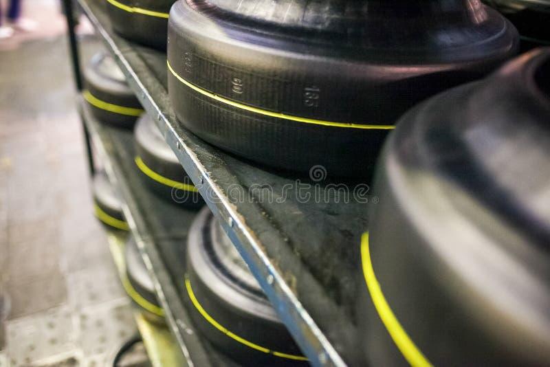 Entrepôt avec l'objet des pneus de voiture à l'usine photos stock
