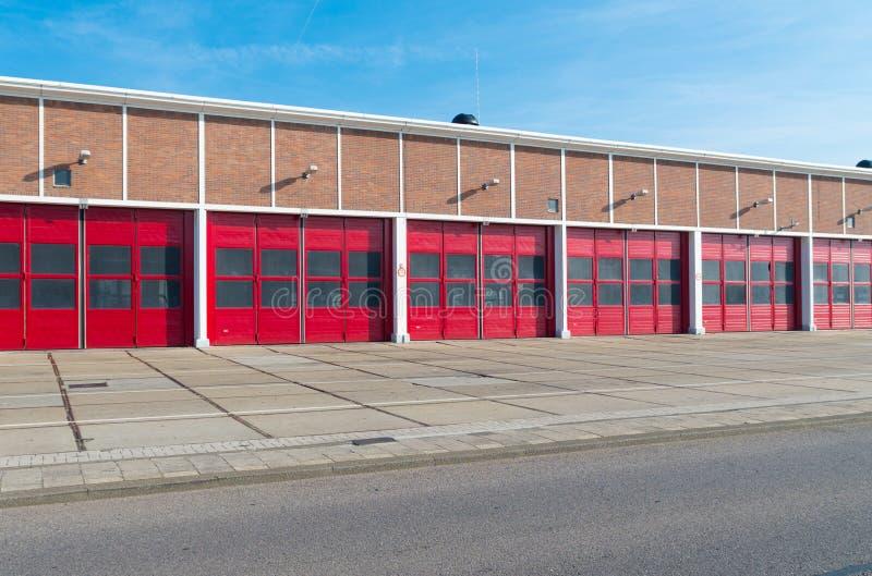 Entrepôt avec les portes rouges images stock