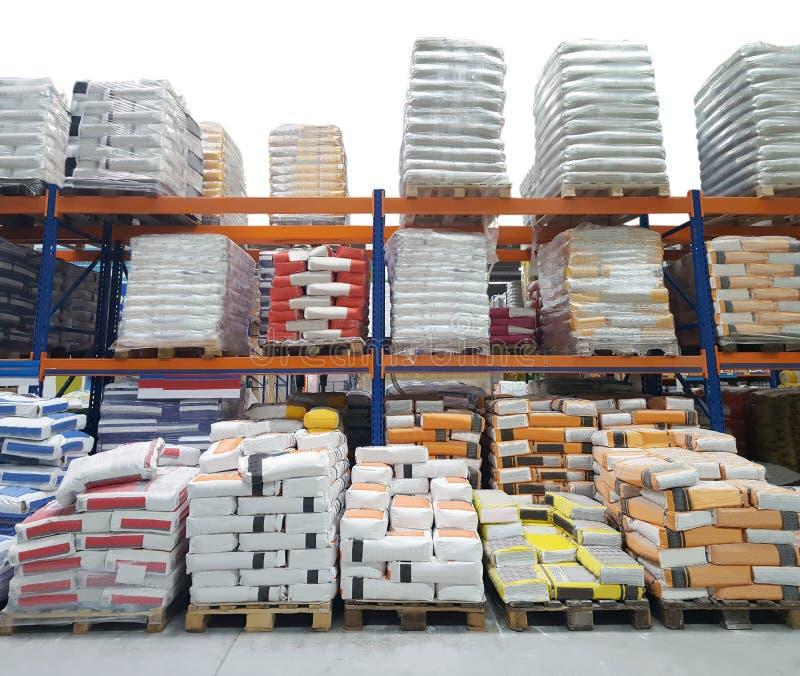 Entrepôt de construction avec des sacs de ciment photo stock