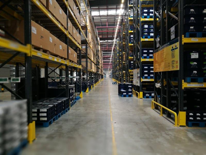 Entrepôt moderne dans des boîtes en plastique et l'étagère stockant la matière première  photographie stock