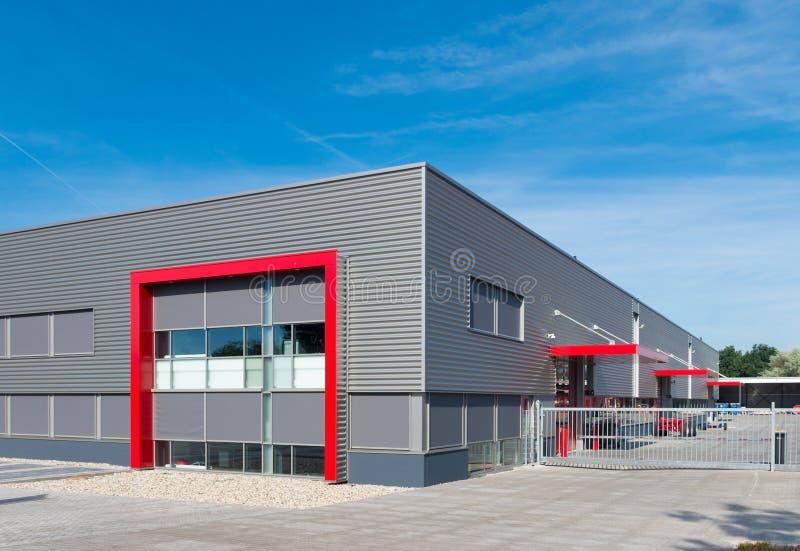 Entrepôt rouge moderne images stock