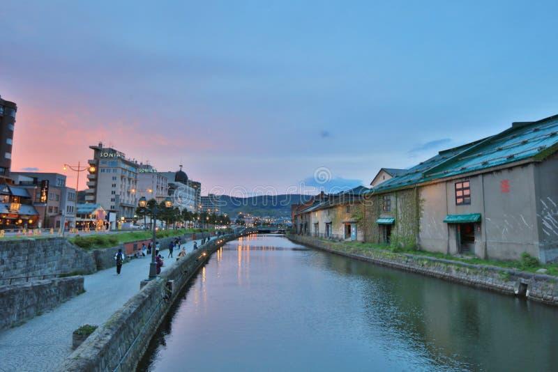 Entrepôts le long du canal célèbre à Otaru photographie stock libre de droits