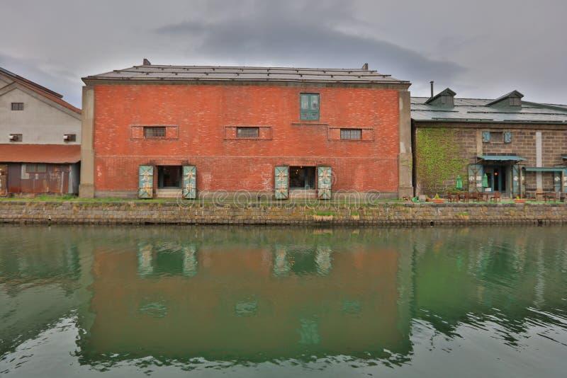 Entrepôts le long du canal célèbre à Otaru photo libre de droits