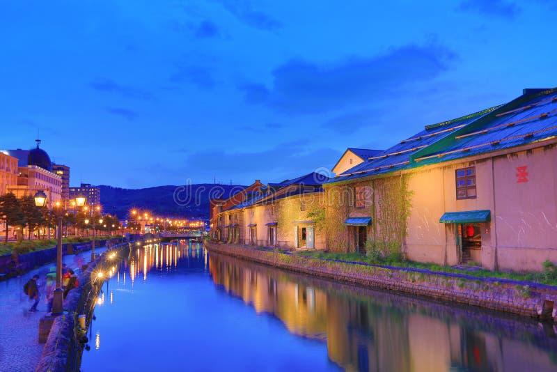 Entrepôts le long du canal célèbre à Otaru images stock