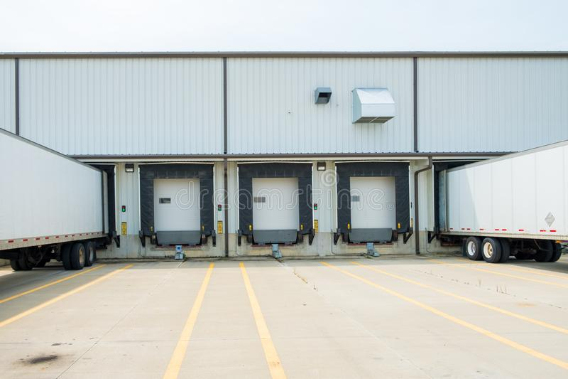 Entreposez le bâtiment avec 53 pieds van trailers sec soutenue dans le Doc. photos stock