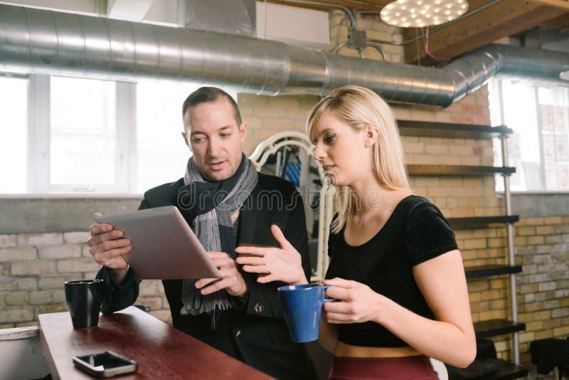 Entreprenör Couple Discuss Business royaltyfria bilder