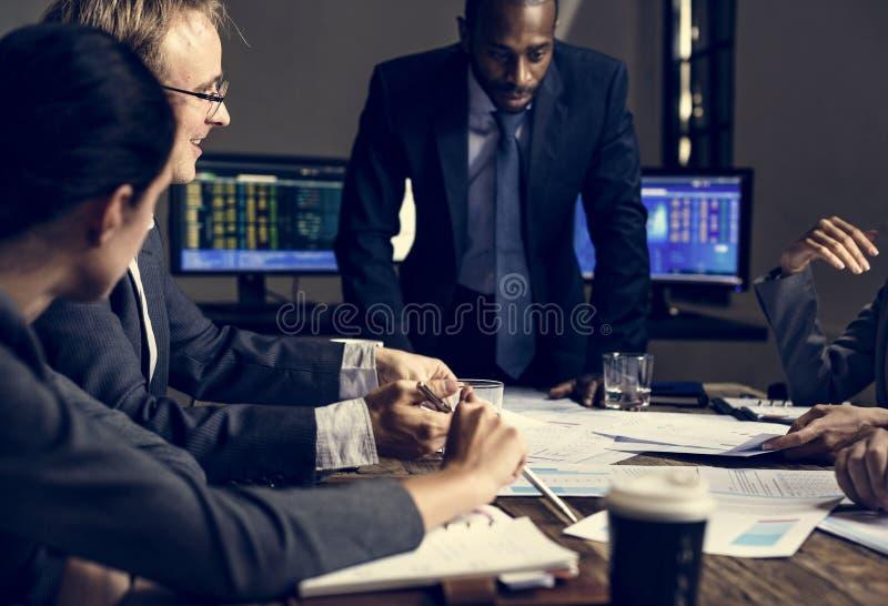 Entreprenör som analyserar för investering i mötesrum fotografering för bildbyråer