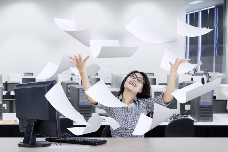 Entreprenör som lyfter händer med papper arkivfoto