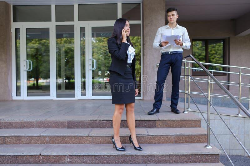 Entreprenörer gulligt ung flickabruk ringer, och pojken bär mappen arkivfoto