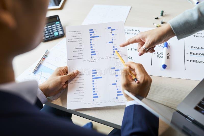 Entrepren?rer som analyserar resultat av granskningen arkivbilder