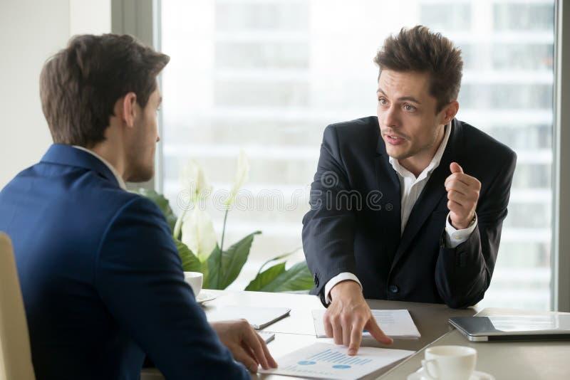 Entreprenörer som diskuterar affärsplan på möte royaltyfri foto