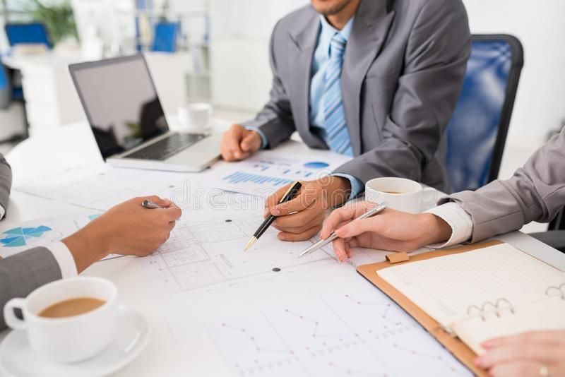 Entreprenörer som diskuterar ritningen arkivfoto