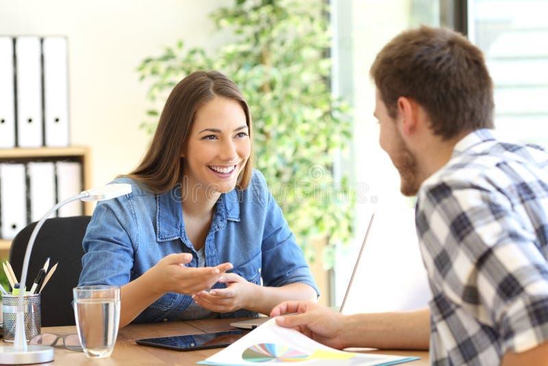 Entreprenörer som talar på kontoret arkivfoto