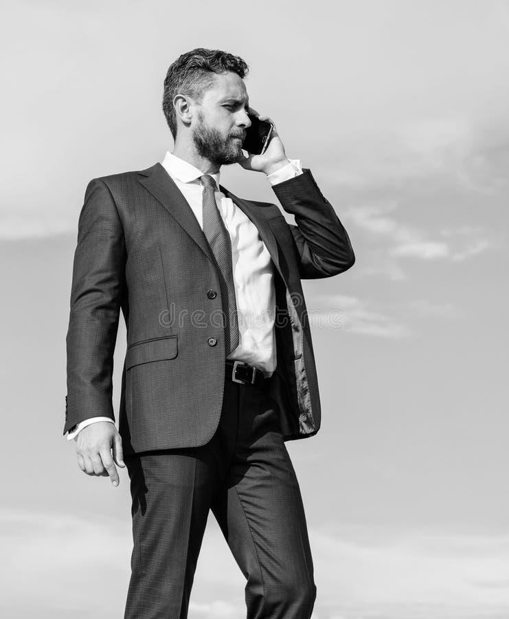 Entreprenörkontrollaffär avlägset vid påringning utomhus Fråga för hjälp Affärsmanappellsmartphone royaltyfria bilder