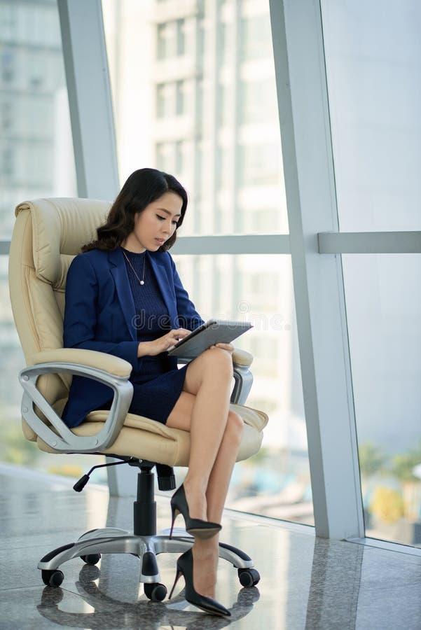 Entrepreneur asiatique au bureau moderne image stock
