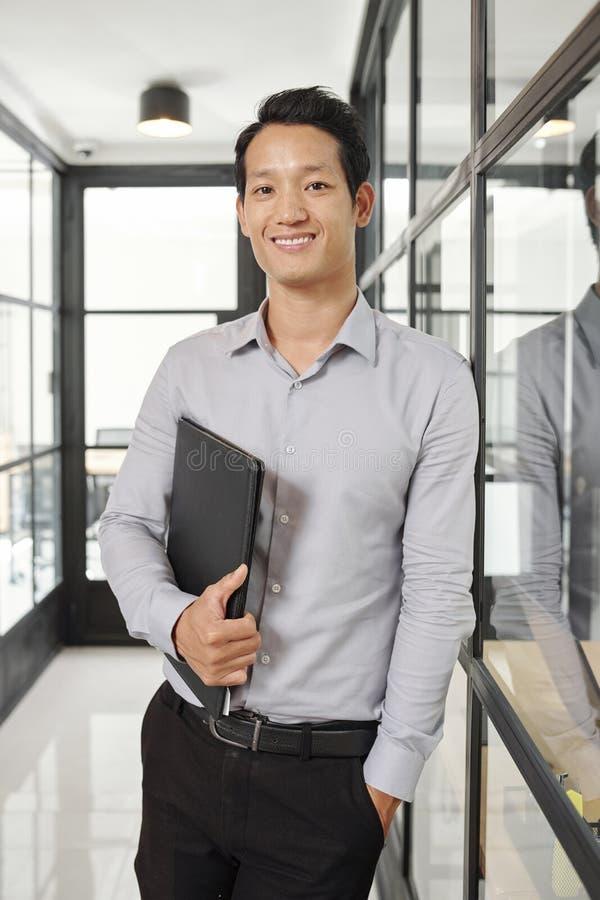Entrepreneur asiatique avec le dossier en cuir photos libres de droits