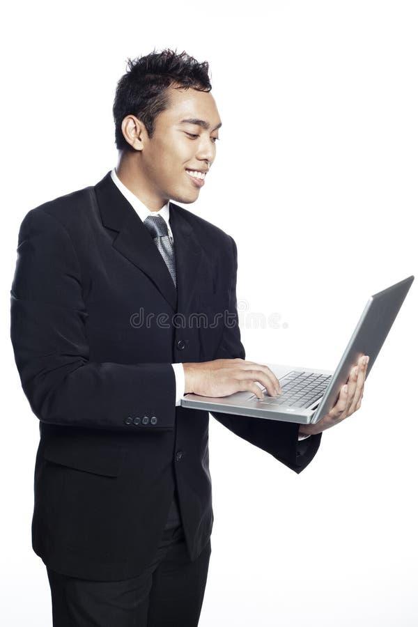 Entrepreneur asiatique regardant l'ordinateur portable photographie stock libre de droits