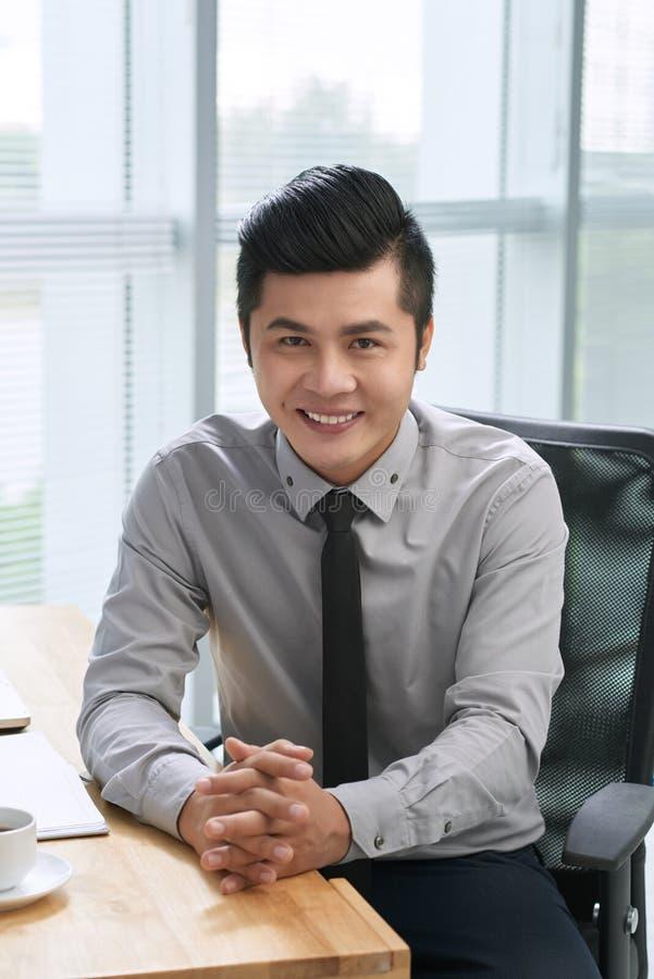 Entrepreneur bel avec le sourire large image libre de droits