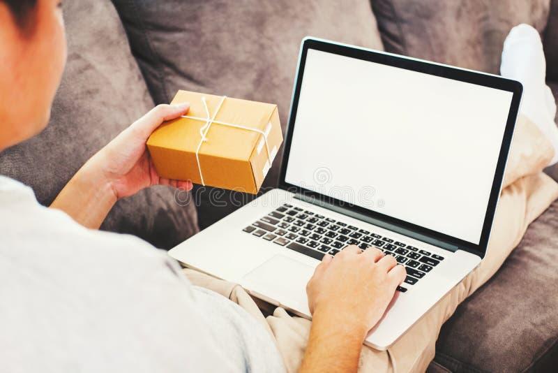 Entrepreneur d'entrepreneur de démarrage de jeune homme petit travaillant avec l'écran vide d'ordinateur portable à la maison, l' image stock