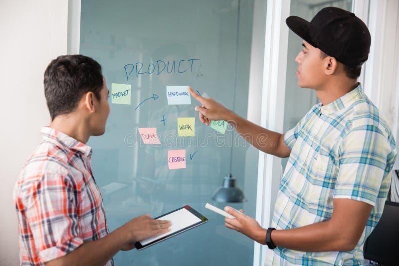 Entrepreneur d'homme faisant un brainstorm avec l'associé photos stock