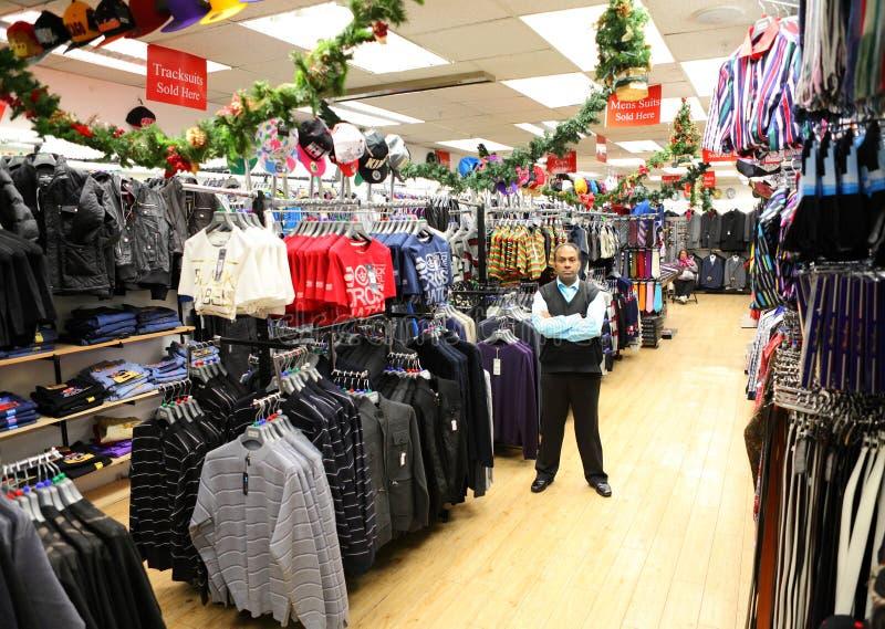 Entrepreneur dans le magasin détaillant de vêtements photos stock