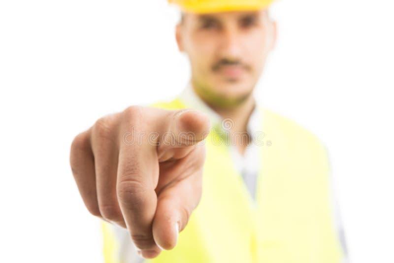 Entrepreneur de bâtiment dirigeant le doigt à l'appareil-photo images stock