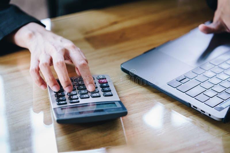 Entrepreneur de femme à l'aide d'une calculatrice à e financier calculateur image libre de droits