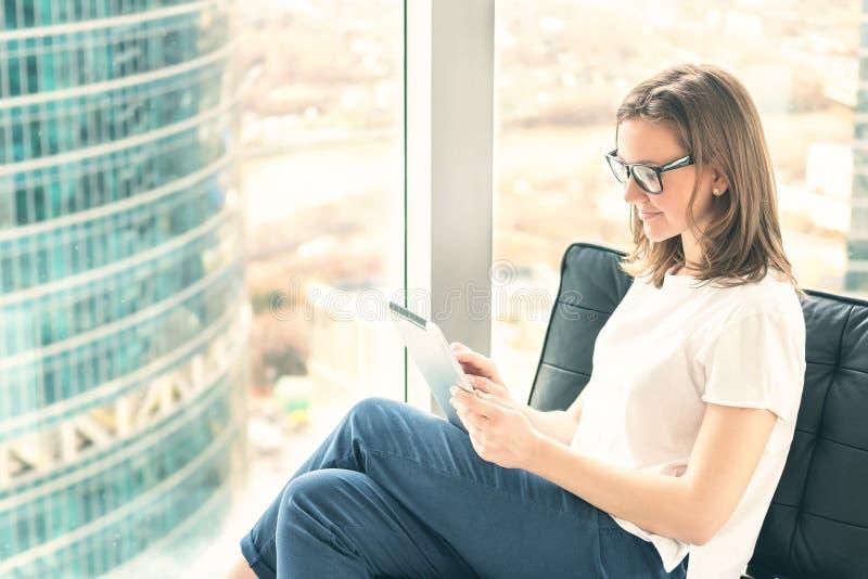 Entrepreneur de jeune femme à l'aide du comprimé numérique photographie stock