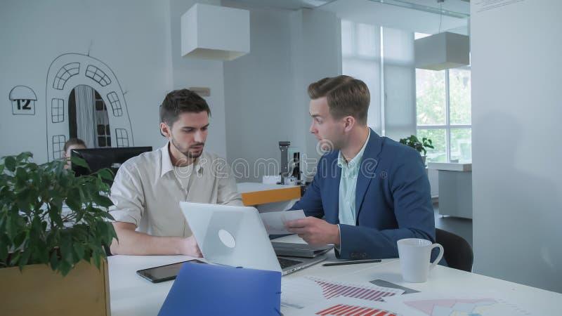 Entrepreneur de jeune homme venant chez le conseiller en fiscalité de bureau pour la consultation photo stock