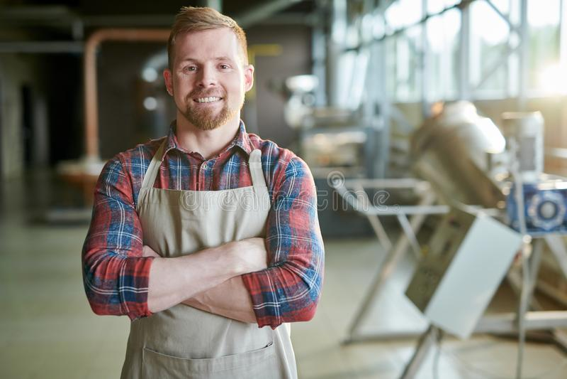 Entrepreneur de sourire en café Roastery photographie stock