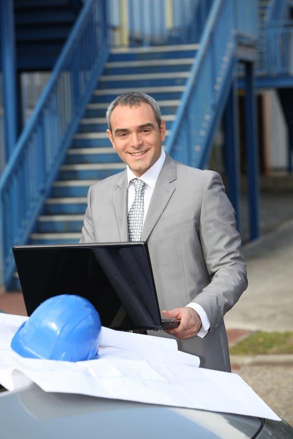 Entrepreneur de sourire se tenant dehors photos libres de droits