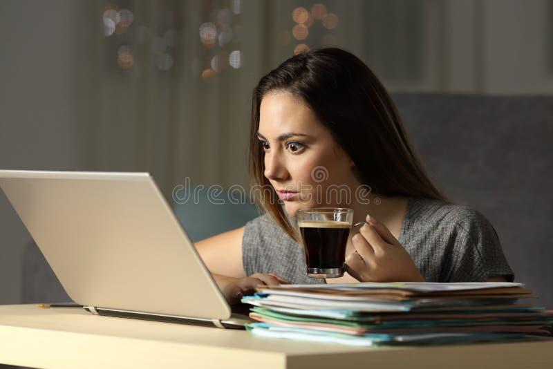 Entrepreneur enthousiaste travaillant dur des heures en retard photographie stock libre de droits