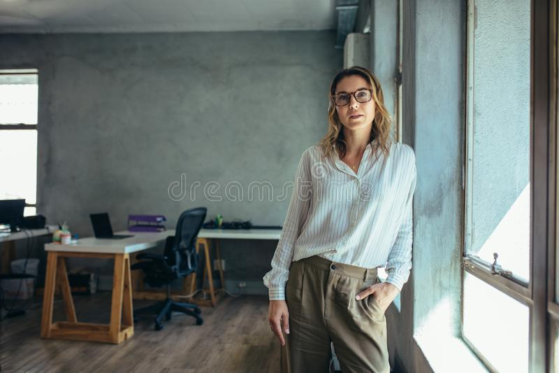 Entrepreneur féminin dans son bureau image stock