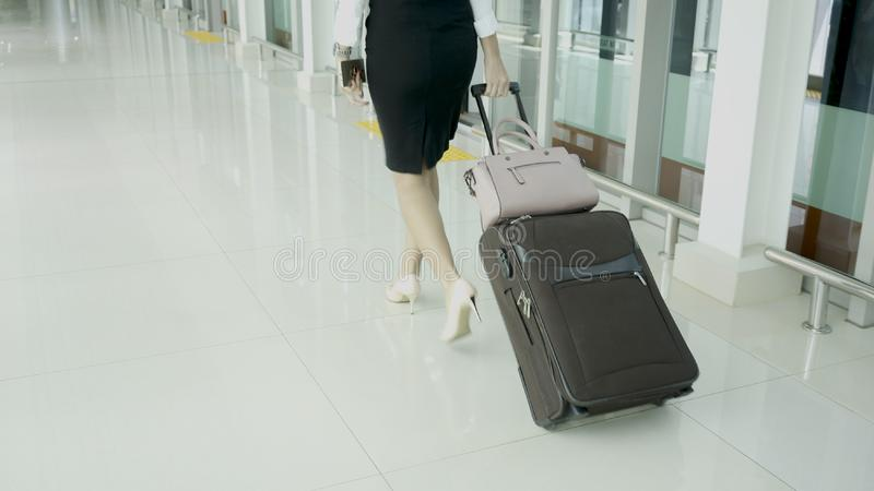 Entrepreneur féminin marchant dans la station de train images stock