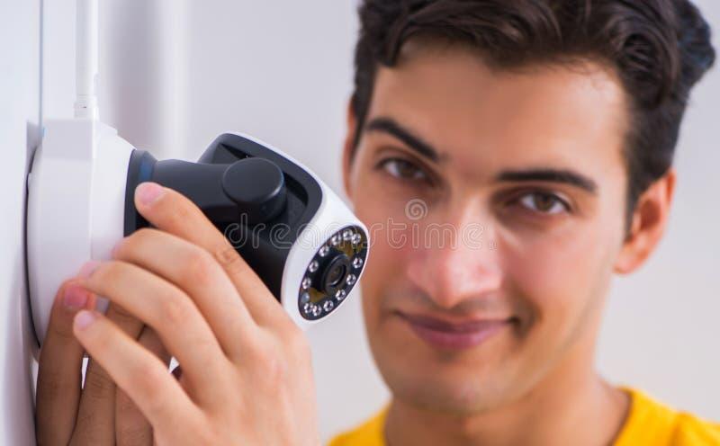 Entrepreneur installant des appareils-photo de t?l?vision en circuit ferm? de surveillance dans le bureau photo libre de droits